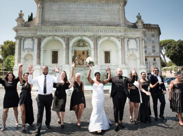 wedding photo session in Rome with guests, fountain picture Italy