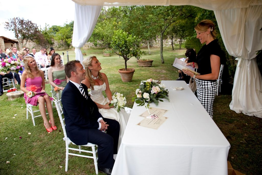 wedding celebrant garden ceremony in tuscany
